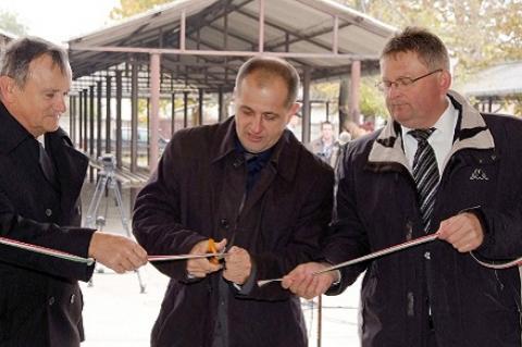 Jobb oldalon Balogh József, a vak komondoros fülöpházi polgármester az átadón